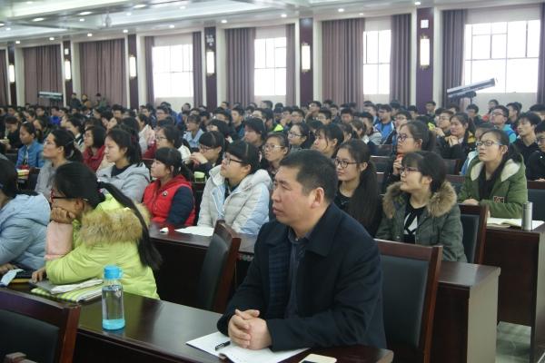 李伏庆副校长和同学们一起全神贯注地听讲
