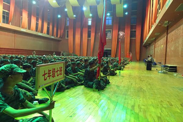 年级长陈薇老师首先发言。她讲到,军训是源于我们对于军人力量的崇拜。中国人民解放军是最强大的力量,他们无坚不摧,是我们国家快速发展的坚实保障。但我们要学习的是他们怎样做到如此强大的,那就是通过刻苦的训练,磨练出强健的体魄和顽强的意志力。接着,她对于同学们在军训中表现出的顽强意志给予充分肯定,并鼓励同学们在以后的学习和生活中发扬这种不怕苦不怕累的精神,在人生的汪洋中扬帆起航。