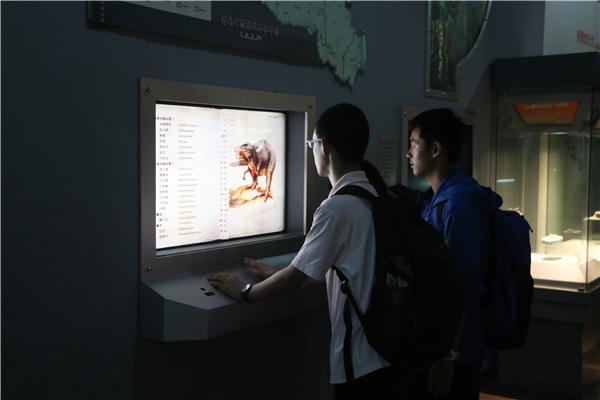 同学们在电子阅览屏幕前驻足