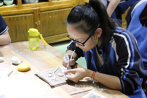 陶艺社同学精心制作陶艺作品