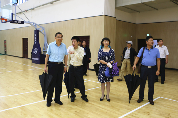 督导组专家参观学校室内篮球馆