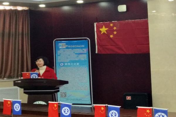 我校特级教师杨卫平老师向小记者们表达对他们的喜爱,并预祝他们赛出水平,获得成功.jpg